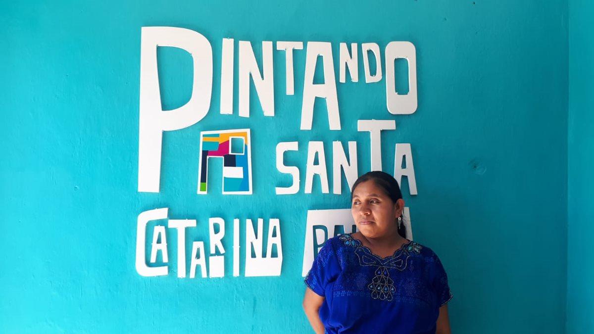 El proyecto Pintando Santa Catarina Palopó despierta el interés de los vecinos. (Foto Prensa Libre: Eslly Melgarejo)