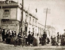 Barricada montada por los unionistas en la 6a. avenida y 11 calle zona 1, durante la semana trágica del 8 al 15 de abril de 1920. Los manifestantes exigían la renuncia de Manuel Estrada Cabrera.