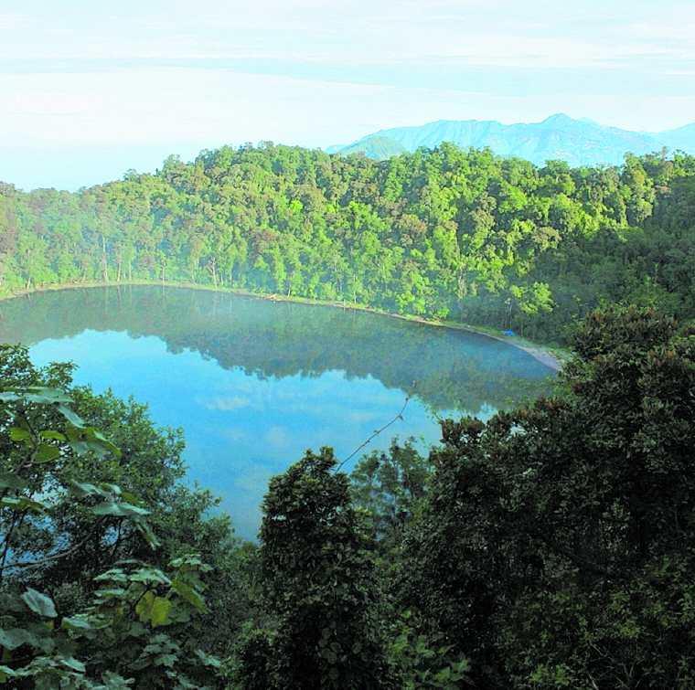 Las agencias falsas suelen ofrecer paquetes que incluyen lugares turísticos del país. En la fotografía, la laguna de Xicabal en Quetzaltenango. (Foto Prensa Libre: Hemeroteca PL)