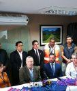 Fernando Castillo (centro) muestra apoyo al director de Aeronáutica Civil, Francis Argueta (a su izquierda), durante la conferencia de prensa. (Foto Prensa Libre: Sergio Morales)