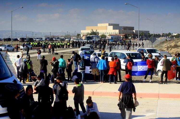 Cientos de centroamericanos permanecen en Tijuana a la espera que EE. UU. les proporcione asilo. (Foto Prensa Libre: Hemeroteca PL)