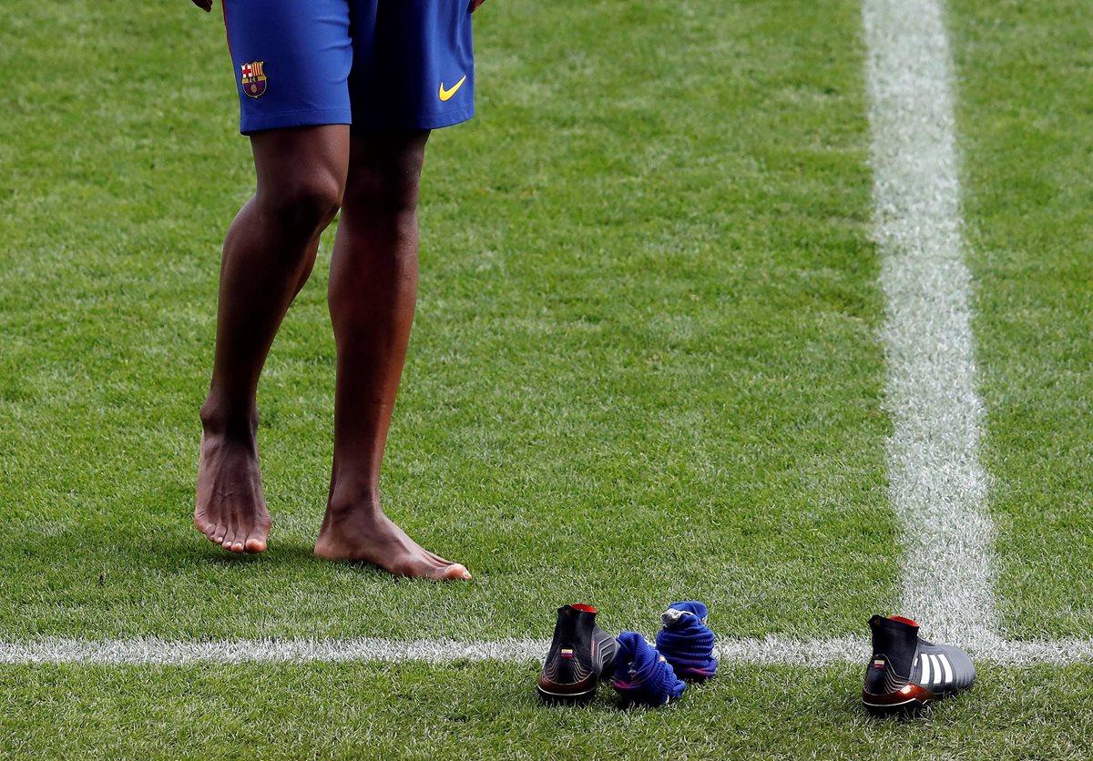 Mina se quitó las botas para pisar el césped del Camp Nou. (Foto Prensa Libre: EFE)