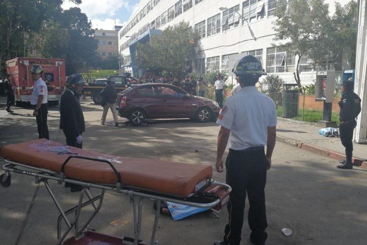 Afuera del hospital Roosevelt han quedado los cuerpos de dos guardias del Sistema Penitenciario.