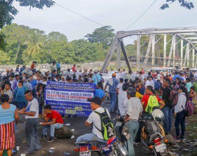 Unos 200 pescadores bloquearon el paso en El Zarco, Santa Cruz Muluá, Retalhuleu. (Foto Prensa Libre: Rolando Miranda)
