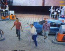 Sujetos lanzan piedras contra ventanas de gasolinera en Palestina de los Altos. (Foto Prensa Libre: Carlos Ventura)