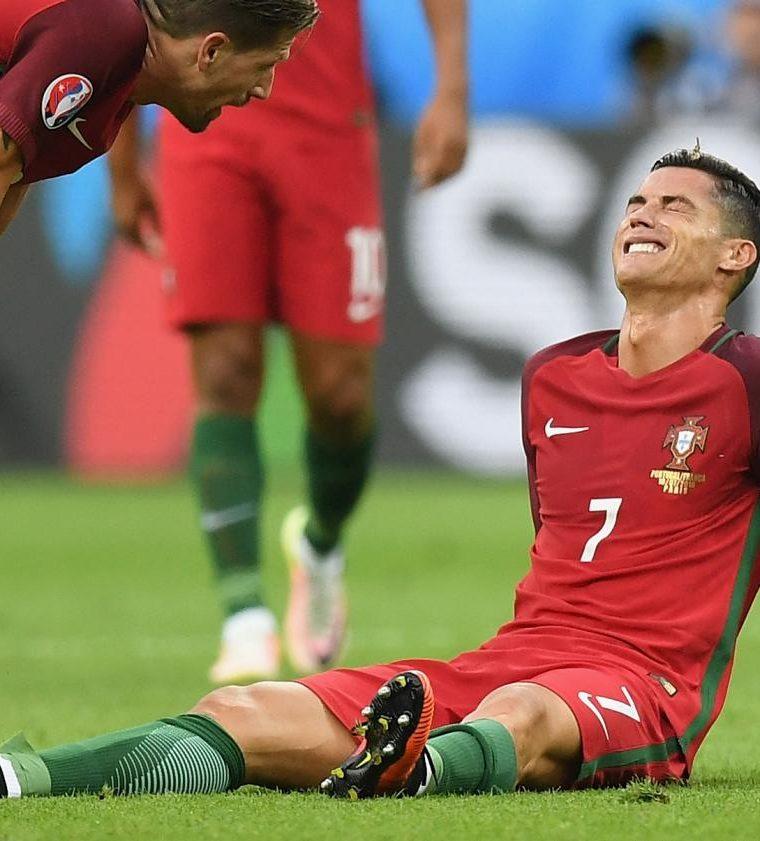 En la final de la Euro, Cristiano Ronaldo no terminó el partido debido a una lesión, después de un choque contra Dimitri Payet. (Foto Prensa Libre: Hemeroteca PL)