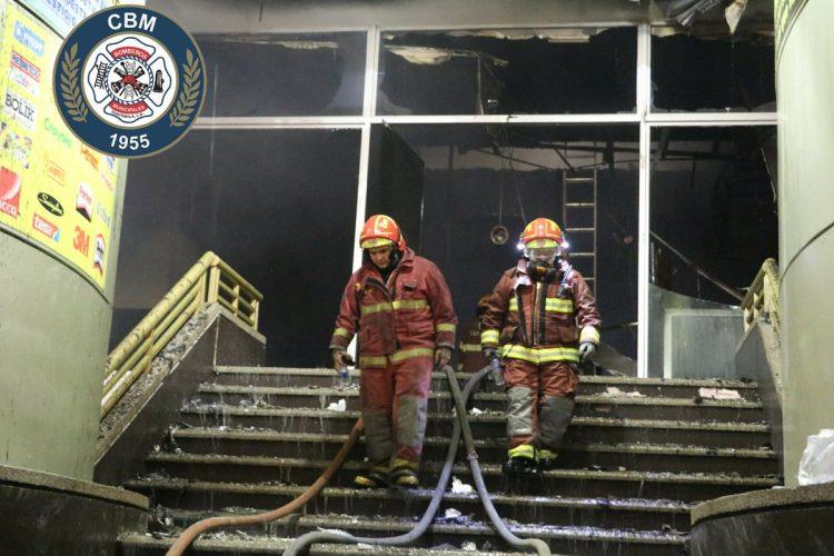 Decenas de bomberos acudieron al lugar para sofocar el incendio.