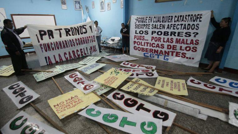 Pancartas con consignas para conmemorar la Revolución del 20 de octubre se guardan debido a que se suspende la actividad de este martes. (Foto Prensa Libre: Erick Ávila).