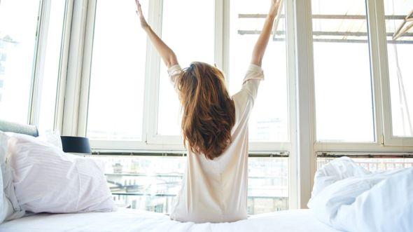 ¿Y los fines de semana también? ¿Debemos abandonar el hábito de quedarnos más tiempo en la cama el sábado y domingo? GETTY IMAGES