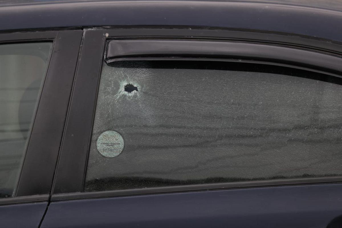 Impactos de bala del ataque contra dos trabajadores de un taller de enderezado y pintura. (Foto Prensa Libre: Óscar Rivas)