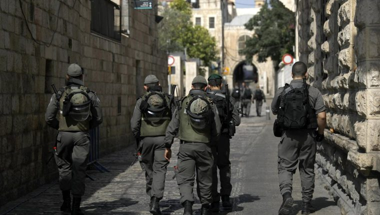 Policías israelíes patrullan por las calles del casco viejo de Jerusalén hoy, donde palestinos resultaron heridos durante incidentes que siguieron en el masivo rezo de protesta musulmana. (Foto Prensa Libre: EFE)