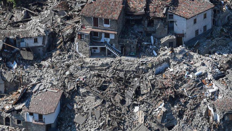 Italia aún se recupera de la devastación causada por el terremoto que causó la muerte de al menos 294 personas. (Foto Prensa Libre: EFE).