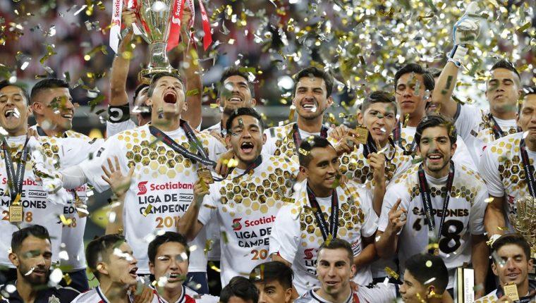 Los jugadores de las Chivas de Guadalajara celebran con el trofeo luego de ganar el título de la Liga de campeones de Concacaf después de 56 años. (Foto Prensa Libre: EFE)