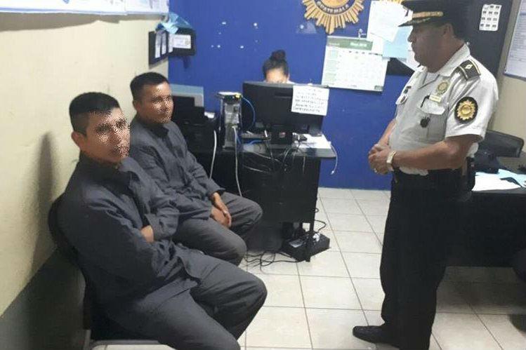 Los dos guardias del Sistema Penitenciario fueron liberados por un grupo armado en Alta Verapaz, fueron secuestrados el jueves último en Zacapa. (Foto Prensa Libre: Mario Morales)