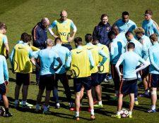 La selección holandesa se prepara en Alkmaar para el juego amistoso frente a Italia. (Foto Prensa Libre: EFE)
