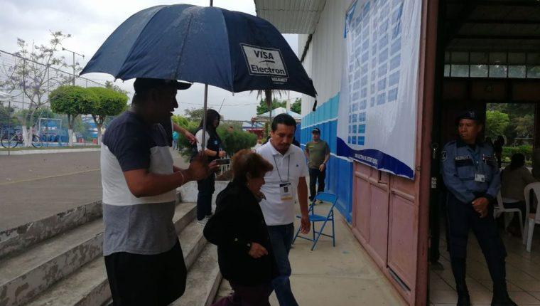 La lluvia sorprende a guatemaltecos en algunos puntos de la capital. (Foto Prensa Libre: Carlos Hernández).