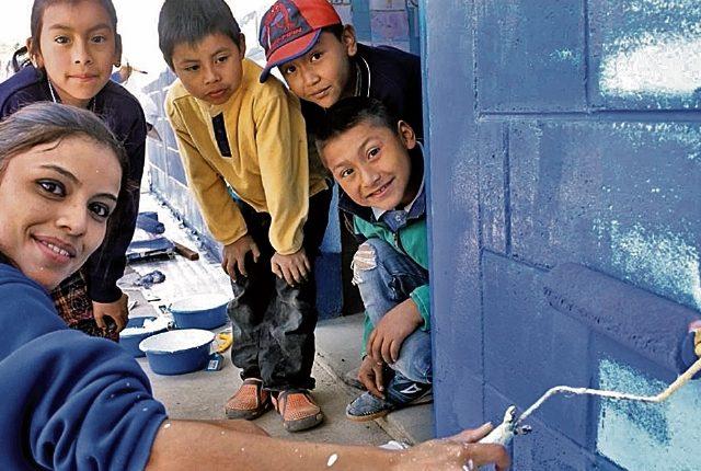 Empresas locales e internacionales instaladas en el país desarrollan diferentes programas de RSE, como Fundación Tigo. (Foto Prensa Libre: Cortesía)