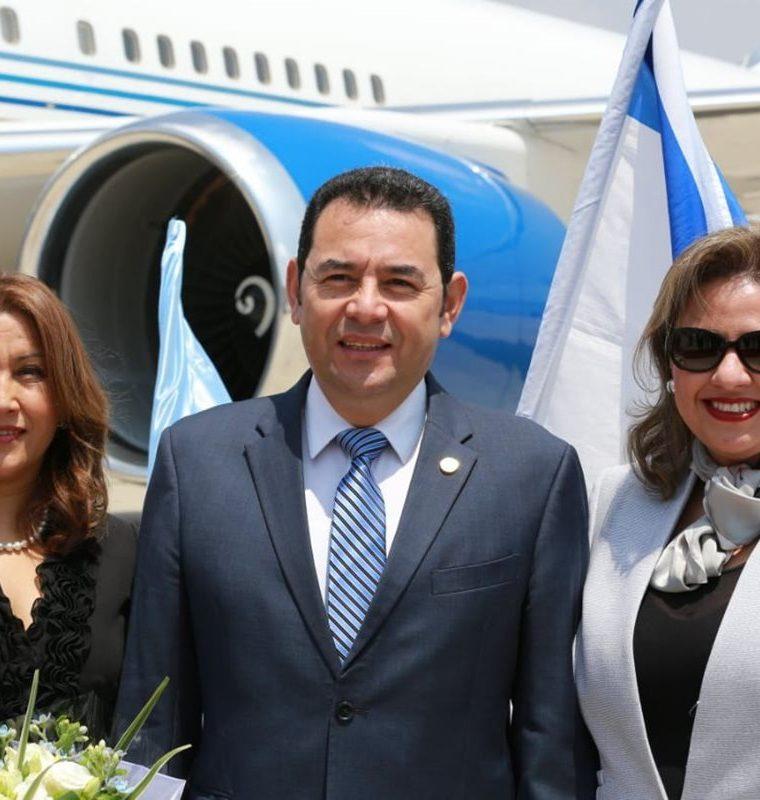 La primera dama, el presidente y la canciller guatemalteca posan después del arribo de la comitiva presidencial. (Foto Prensa Libre: Cancillería israelí)