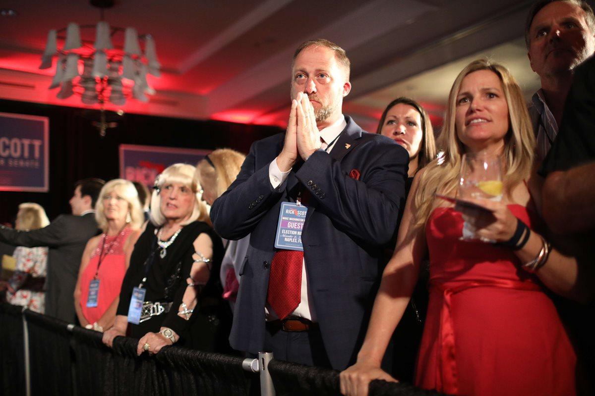 En Florida varios electores observan los resultados en el Hotel LaPlaya Beach.