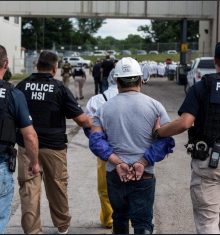 FOTO La policía estadounidense realizó una redada en una planta procesadora en Ohio, donde capturó a más de cien migrantes indocumentados, en su mayoría guatemaltecos.(Foto Prensa Libre: Hemeroteca)