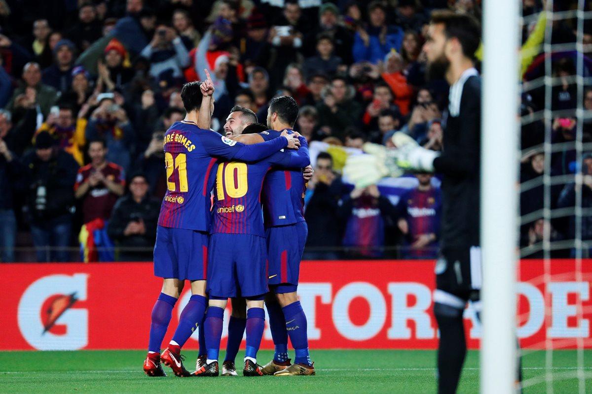 Lionel Messi festeja con sus compañeros su primer anotación ante el Celta, en la Copa del Rey. (Foto Prensa Libre: EFE)