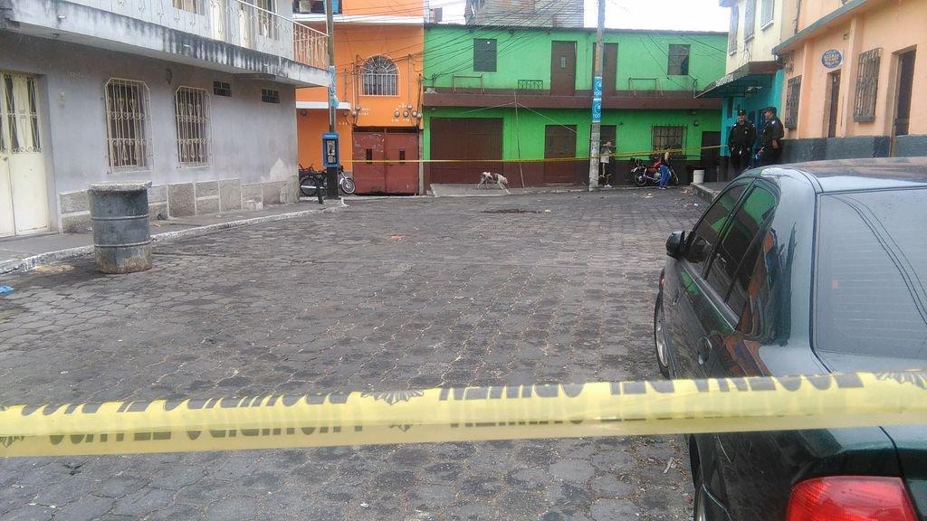 El lugar fue cerrado al tránsito mientras se recogen los casquillos y otra evidencia. (Foto Prensa Libre: Estuardo Paredes)