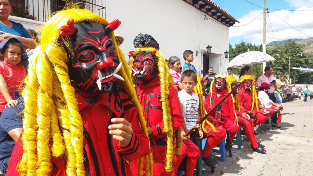 Integrantes del baile se alistan para la actividad en Ciudad Vieja, Sacatepéquez. (Foto Prensa Libre: Renato Melgar).