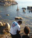 El cadáver de Bryan de Jesús Cabrera, de 22 años, fue rescatado de aguas del Lago de Atitlán. (Foto Prensa Libre: Ángel Julajuj)