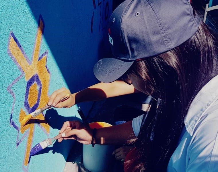Colaboradores participan en una jornada de pintura en Santa Catarina Palopó, Sololá. (Foto Prensa Libre: Cortesía)