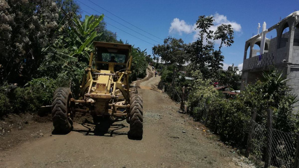 Trabajos de mantenimiento de la calle principal entre la Aldea Tobon y la Aldea Laguna Seca. (Foto Prensa Libre: Municipalidad de San Pedro Pinula)