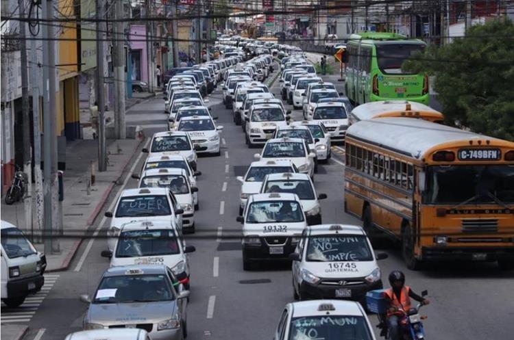 En Guatemala el gremio de taxistas también se ha mostrado antagónico a la plataforma tecnológica. El 27 de agosto pasado realizaron una protesta en varios puntos de la capital. (Foto Prensa Libre: Estuardo Paredes)