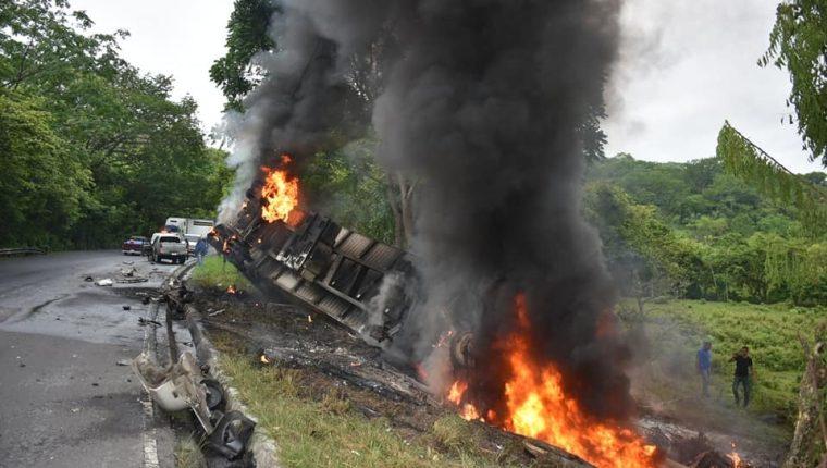 Debido a lo fuerte del accidente, uno de los tráileres quedó completamente destruido, en la cuesta de El Manacal, kilómetro 193 de la ruta al Atlántico, Los Amates, Izabal. (Foto Prensa Libre: Dony Stewart)