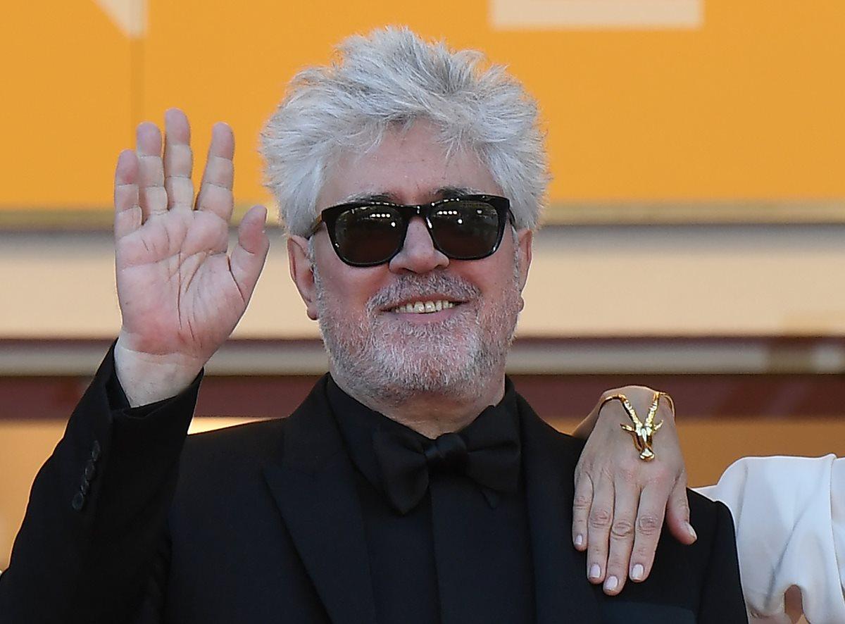 Un sonriente Almodóvar revoluciona la alfombra roja de Cannes