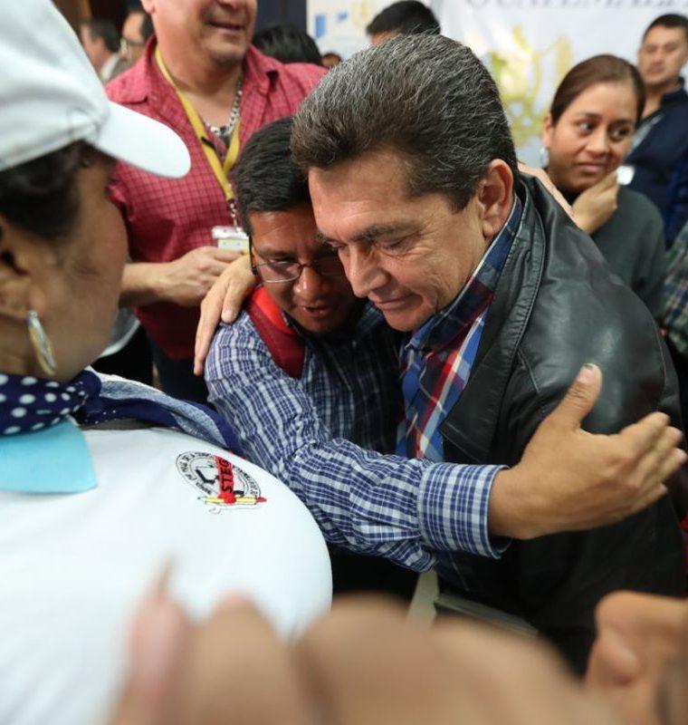 Acevedo recibió abrazos, aplausos y ovaciones de los maestros que acompañaron la firma del pacto. (Foto Prensa Libre: Hemeroteca PL)