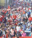 Salubristas enfilan por la avenida Bolívar, zona 8 en una de de las últimas movilizaciones en noviembre 2014. (Foto Prensa Libre: Hemeroteca PL)