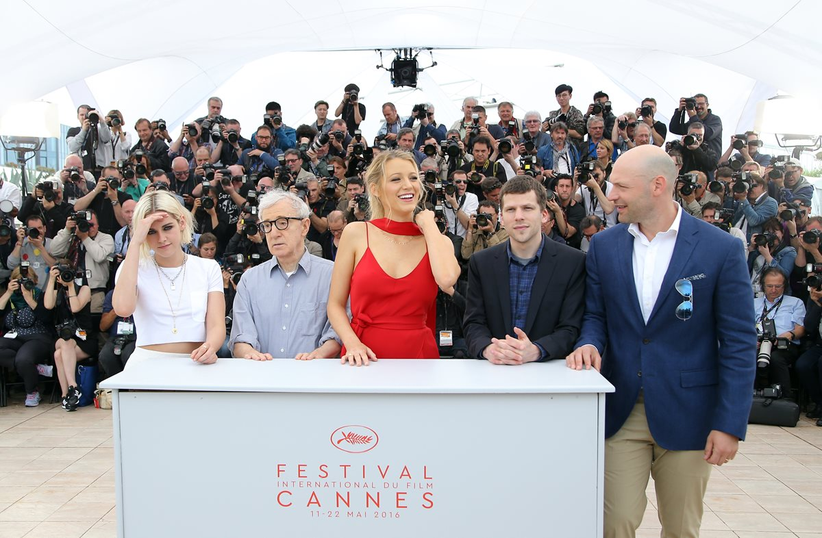 """Elenco del filme """"Cafe Society"""", dirigido por Woody Allen, llega al Festival de Cine Cannes. (Foto Prensa Libre, AP)"""