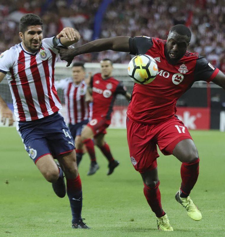 El jugador de Chivas de México Jair Pereira (i) pelea por el balón con Jozy Altidore (d) del Toronto FC de la MLS. (Foto Prensa Libre: EFE)