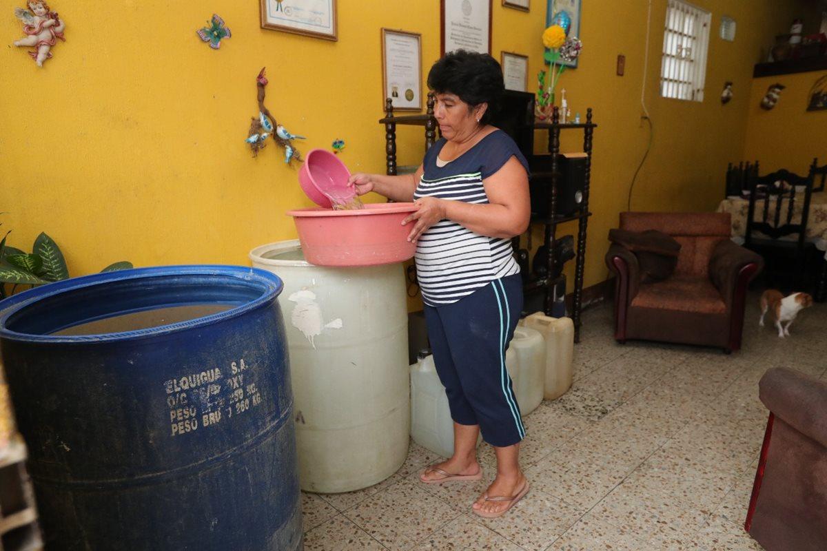 Vecinos de la colonia San Martín, zona 7 capitalina, sufren falta de agua, a pesar de que el cobro con aumento. (Foto Prensa Libre: Estuardo Paredes)