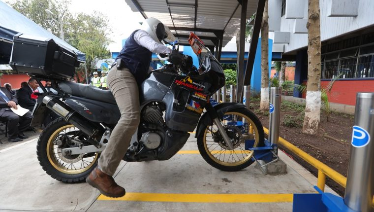 Un estudiante de la facultad de Ingeniería de la Usac estaciona su motocicleta en los nuevos parquímetros. (Foto Prensa Libre: Estuardo Paredes)