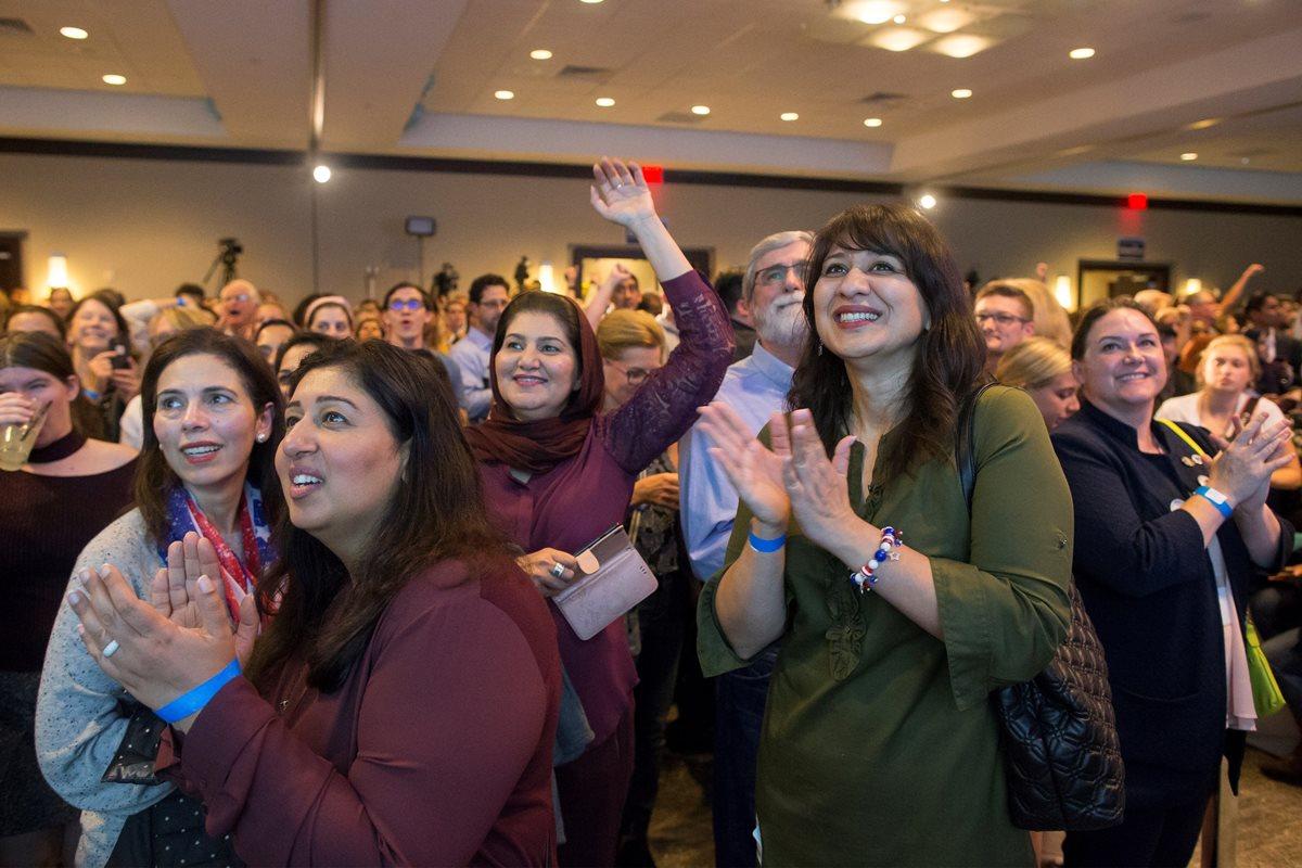 Simpatizantes demócratas celebran victorias en Virginia. (Foto Prensa Libre: EFE)