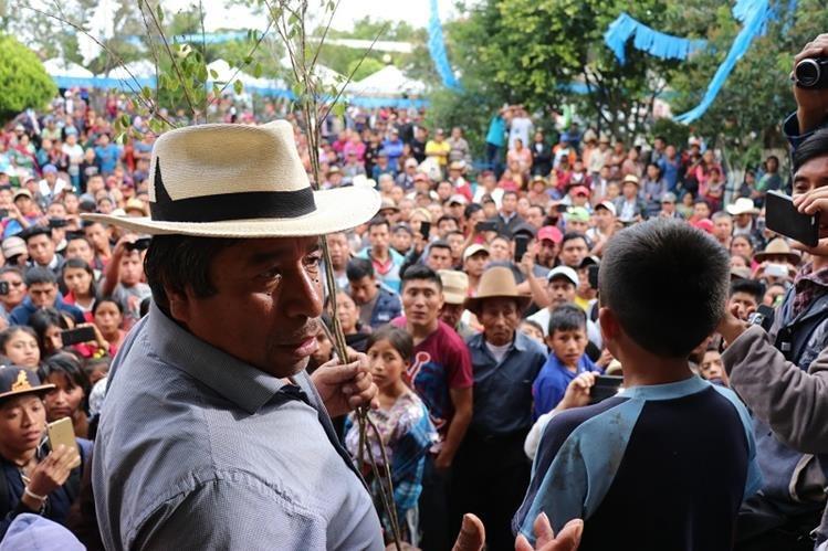El alcalde indígena de Santa Cruz del Quiché, Juan Zapeta, durante presentación de niño antes de azotarlo recientemente. (Foto Prensa Libre: Hemeroteca PL)