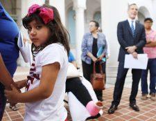 EE. UU. debe proteger a niños inmigrantes y brindarles ayuda de todo tipo, dice la CIDH. Hija de migrante espera ser beneficiada, en Los Ángeles. (Foto Prensa Libre: AFP)