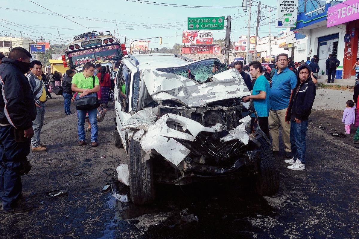 Uno de los automóviles que fue impactado por un tráiler en el km 187.5 de Totonicapán, en Cuatro Caminos. (Foto Prensa Libre: Édgar Domínguez)