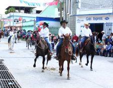 Jinetes mostraron las habilidades de sus ejemplares en el desfile hípico. (Foto Prensa Libre: Héctor Contreras