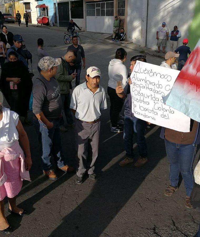 Vecinos de la colonia Los Álamos, zona 6 de San Miguel Petapa, protestan contra el alcalde Luis Reyes (Foto Prensa Libre: Esbin García)