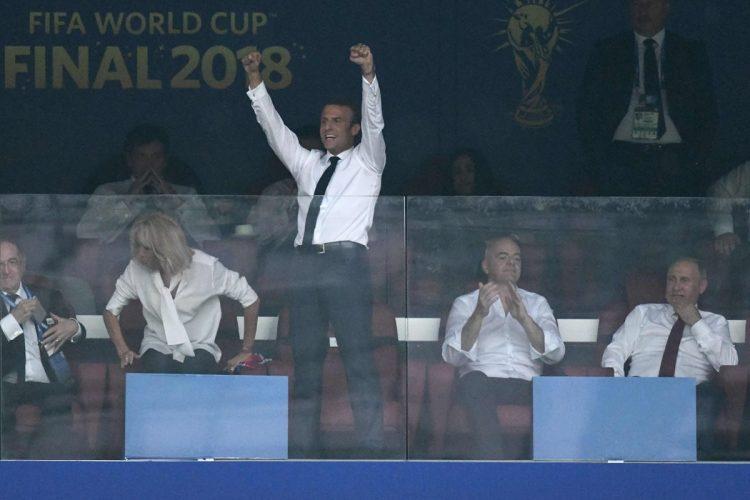 El presidente de Francia, Emmanuel Macron, celebra al final del juego.