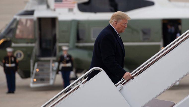 Trump afirmó a la prensa en la Casa Blanca que algunos de los miles de migrantes que buscan llegar a Estados Unidos desde Centroamérica, lanzaron piedras a la policía mexicana. (Foto Prensa Libre: AFP)