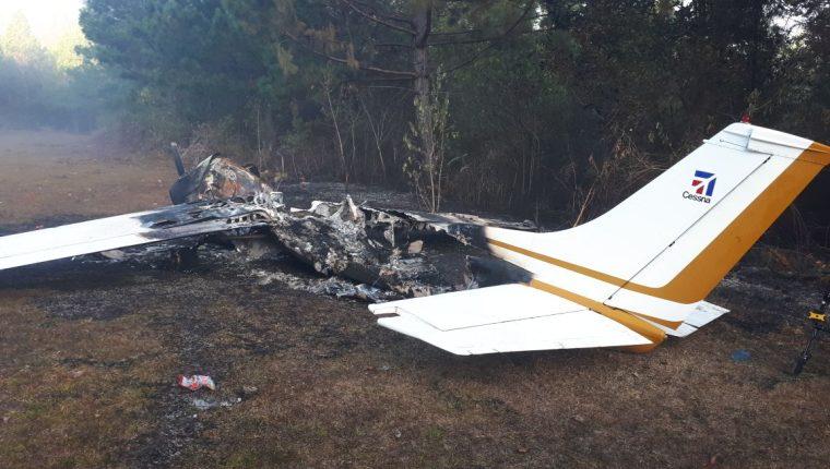 La avioneta tipo Cessna quedó destruida. (Foto Prensa Libre: Ejército)