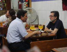 El alcalde capitalino Ricardo Quiñónez almuerza en el Mercado Central con el embajador de Estados Unidos, Luis Arreaga. (Foto Prensa Libre. Óscar Rivas)