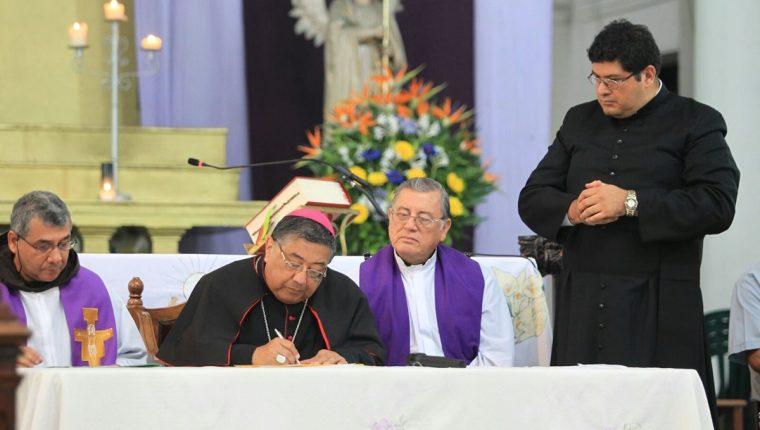 El arzobispo metropolitano Óscar Julio Vian participa en el acto de entrega del templo de La Recolección. (Foto Prensa Libre: Esbin García)